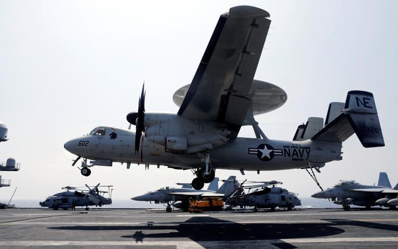 Máy bay cảnh báo sớm E-2C Hawkeye thuộc Hải Quân Hoa Kỳ trên tầu sân bay USS Carl Vinson, ngày 03/03/2017.