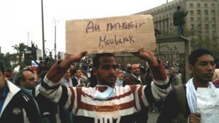 Durante una manifestación en la Plaza Tahrir de El Cairo, un manifestante lleva un cartel escrito en francés: 'Adiós para siempre, Mubarak'.
