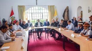 Reunión entre representantes de los campesinos, del gobierno, de la Iglesia y de la minera MMG, el pasado 6 de abril de 2019 en Lima.