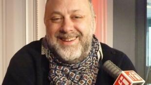 El guitarrista francés Mathias Berchadsky en RFI