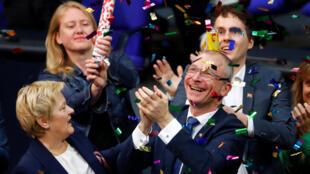 Пария экологов празднует результаты голосования по законопроекту об однополых браков в Бундестаге, 30 июня 2017 года.