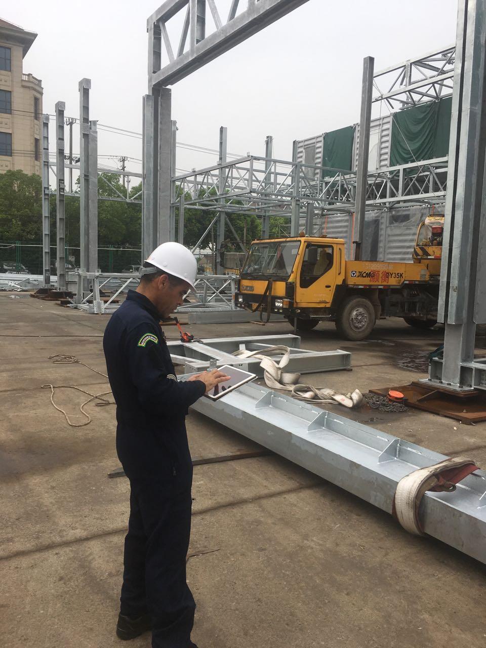 O engenheiro civil José Costa em uma plataforma em construção na China.