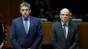 Les ministres belges de l'Intérieur et de la justice, MM. Jan Jambon (G) et Koen Geens (D), lors d'une minute de silence observé lors d'une rencontre européenne à Bruxelles, le 24 mars 2016.