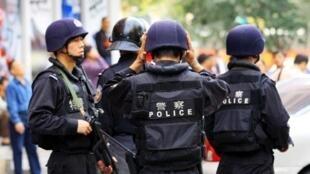 Sécurité renforcée lors d'un rassemblement de Ouïghours pour la célébration de l'Aïd à Urumqi, dans le nord-ouest du Xinjiang, en septembre 2009.