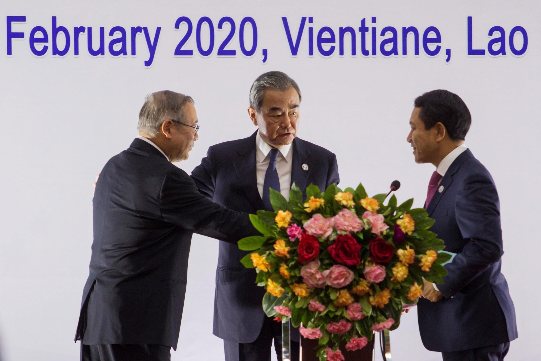 Ngoại trưởng Trung Quốc Vương Nghị (G) nói chuyện với ngoại trưởng Philippines Teodoro Lopez (T) và Lào Saleumxay Kommasith tại Vientiane (Lào), ngày 20/02/2020.
