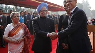 US President Barack Obama shakes hands with India's Prime Minister Manmohan Singh in New Delhi