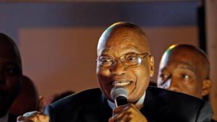 Jacob Zuma adresse un message à ses supporteurs après le vote au Parlement, le 8 aoùut 2017.