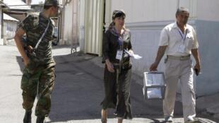 Nhân viên mang thùng phiếu di động đến tận nhà dân tại Osh  ngày 27/06/2010