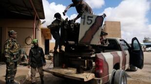 Des membres de l'Armée nationale libyenne (ANL) commandée par Khalifa Haftar se préparent avant de quitter Benghazi pour renforcer les troupes se rendant à Tripoli, à Benghazi, en Libye, le 13 avril 2019.