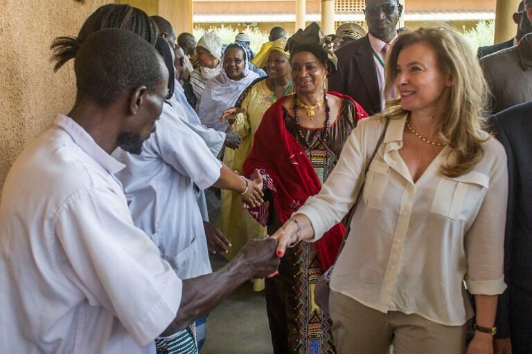 Valérie Trierweiller à Gao, invitée par Mintou Traoré pour  un court séjour à caractère humanitaire, le 17 mai 2013.