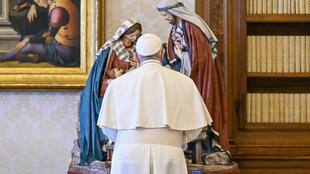 foto tomada y distribuida el 6 de enero de 2021 por la agencia Vatican Media muestra al Papa Francisco de pie junto a imágenes sagradas durante una oración del Ángelus en vivo desde la biblioteca del palacio apostólico en el Vaticano.