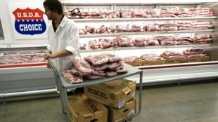 """Một gian hàng bán """"thịt đỏ"""" trong siêu thị Wal-Mart tại Arkansas - REUTERS /Rick Wilking"""