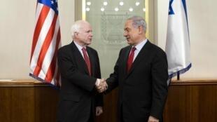 Le Premier ministre israélien Benyamin Netanyahu a reçu le sénateur républicain John McCain à Jérusalem, le 19 janvier 2015.