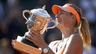 La rusa Maria Sharapova se lleva por segunda vez el trofeo de Roland Garros.REUTERS/Vincent Kessler
