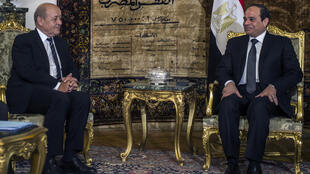 French Defence Minister Jean-Yves Le Drian (L) and Egyptian President Abdel Fattah al-Sissi in Cairo on Monday