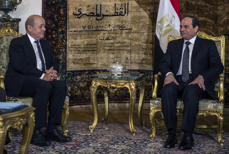 Bộ trưởng Quốc phòng PhápJean-Yves Le Drian (trái) và tổng thống Ai Cập Abdel Fattah al-Sissi nhân lễ ký kết hợp đồng bán tiêm kích Rafale. Ảnh ngày 16/02/2015.