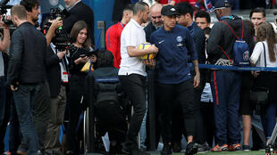 Craque Neymar retomou os treinos no PSG nesta quinta-feira, mas já pode retornar ao Brasil para continuar o tratamento médico.