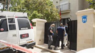 图为以色列警方在中国驻以色列大使官邸前  纽约时报照片
