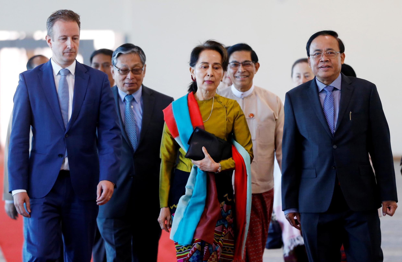 Lãnh đạo Miến Điện Aung San Suu Kyi tại sân bay quốc tế Naypyidaw để đến La Haye, Hà Lan. Ảnh chụp ngày 08/12/2019 tại sân bay Naypyidaw, Miến Điện.