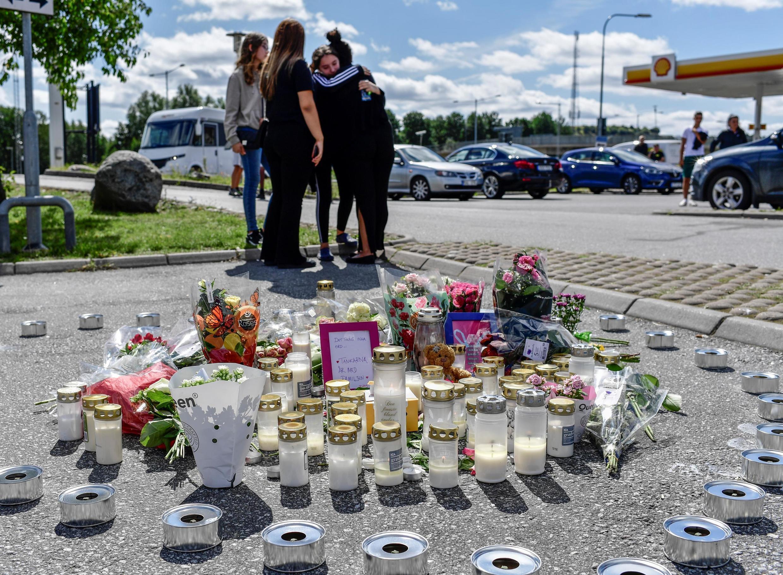 L'hommage rendu à la fillette de 12 ans qui a été abattue près d'une station-service à Botkyrka, près de Stockholm, le 3 août 2020.