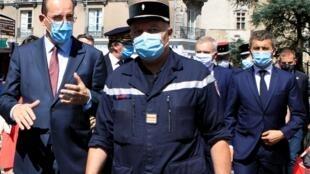 Le Premier ministre Jean Castex et Gérald Darmanin lors d'un déplacement avec des pompiers à Nantes, après l'incendie de la cathédrale Saint-Pierre-et-Saint-Paul, le 18 juillet 2020.