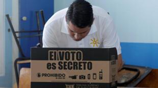 El candidato Fabricio Alavarado, votando el 4 de febrero de 2018.