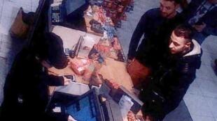 Салах Абдеслам (крайний справа), попавший на камеру АЗС под Парижем за два дня до 13/11/2015 -- следствие полагает, что именно тогда он приехал из Моленбека для участия в парижских терактах