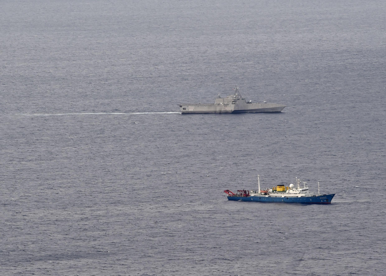 Một dấu hiệu về thái độ cứng rắn của Mỹ đối với Trung Quốc: Chiến hạm Mỹ USS Gabrielle Giffords (phía trên) bám sát tàu khảo sát Trung Quốc Hải Dương Địa Chất 4 trên Biển Đông ngày 01/07/2020. Ảnh US Navy.