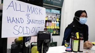 Rupture de stock pour les masques médicaux dans une pharmacie de Putrajaya, le 28 janvier 2020.