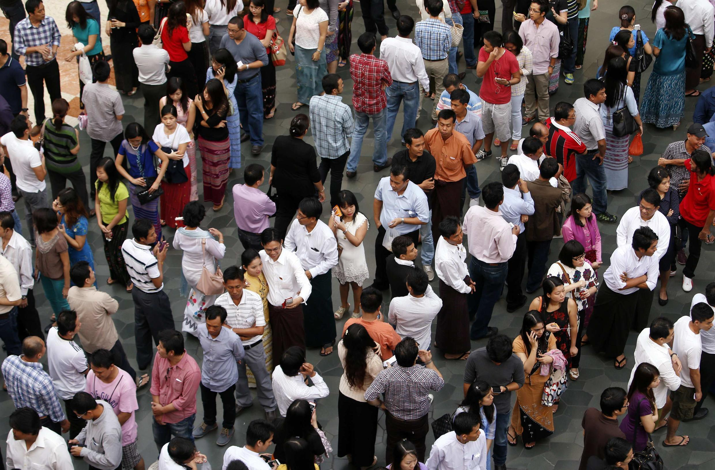 Người Miến Điện tại Singapore xếp hàng vào xem phát biểu của bà Aung San Suu Kyi - REUTERS/Edgar Su