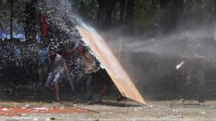 Violentos confrontos entre a polícia e manifestantes sacudiram Buenos Aires nesta segunda-feira (18).