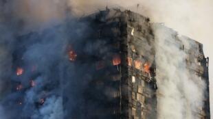 Doscientos bomberos tuvieron que intervenir para apagar el incendio de la Grenfell Tower el 14 de junio de 2017 en Londres.