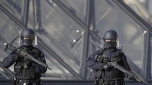 重新开放的卢浮宫入口前的持枪警察(2017年2月4日)