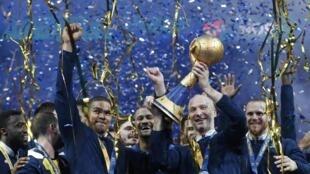 L'équipe française de handball lorsqu'elle a remporté son sixième trophée du champion du monde de handball en 2017.