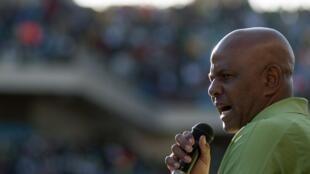 Joseph Mathunjwa, presidente do sindicato AMCU, discursando ontem perante os mineiros num estádio perto de Rustenburg.