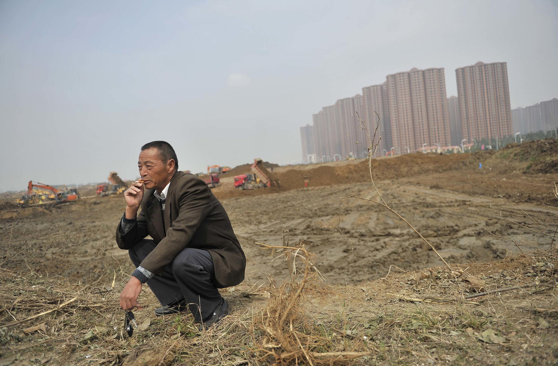 Một nông trang viên nhìn lại mảnh đất của ông bị trưng thu để xây nhà ở, tỉnh An Huy, Trung Quốc. (Ảnh chụp ngày 19/10/2013)