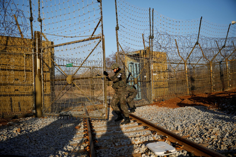 Binh sĩ Hàn Quốc mở cửa biên giới, ngăn đoạn đường sắt nối liền với Bắc Triều Tiên. Ảnh chụp ngày 30/11/2018.