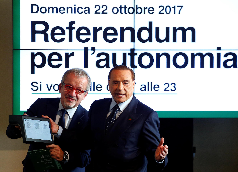 Проведение референдума в Ломбардии поддержал экс-премьер Сильвио Берлускони. На фото — рядом со своим давним сотрудником, губернатором Ломбардии Роберто Марони (слева).