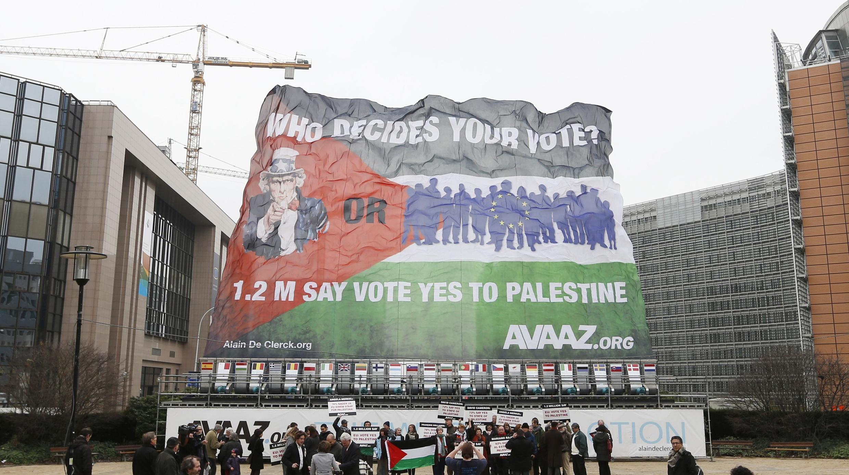 Các nhà hoạt động ủng hộ Palestine, tập hợp trước Ủy ban châu Âu (REUTERS)