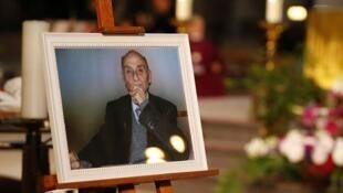 """عکس  کشیش """"ژاک هامل"""" که در روز تشییع جنازهاش در روز ٢ اوت ٢٠۱۶، در کلیسای شهر """"روآن"""" به نمایش گذاشته شده بود."""
