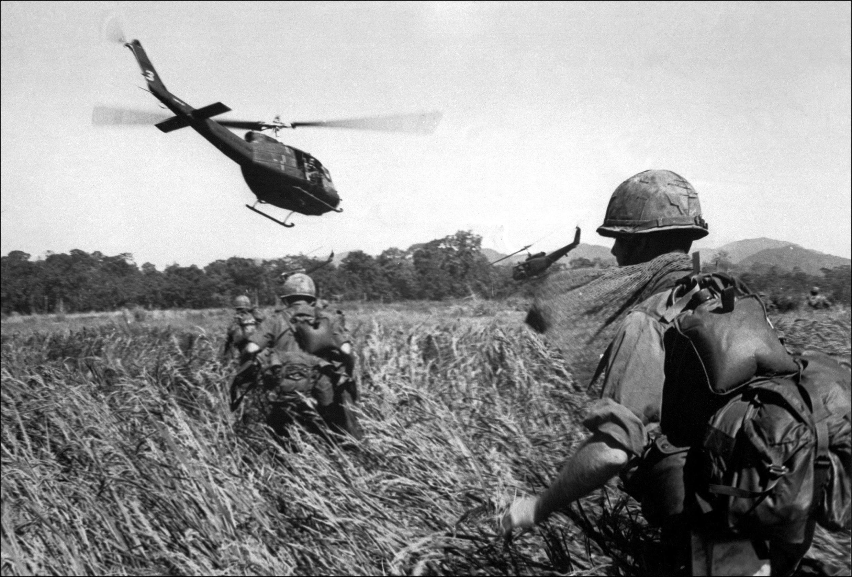 Des soldats américains du 173e regiment aéroporté évacués par hélicoptère en décembre 1965.