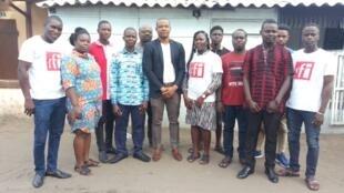 Les jeunes du club RFI Konfaga au Togo, avec son président Amah Bafédama Bakègla et le cousin du Club Touglo Komi.