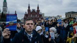Các nhà đối lập Nga và giới bạ vệ tự do ngôn luận trong cuộc tuần hành tại Matxcơva hôm 13/10/2019. Ảnh minh họa.