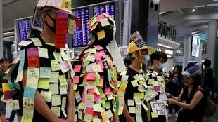 香港民眾在機場以列儂牆方式進行抗議元朗黑幫暴力事件,2019年7月26日