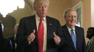 Donald Trump avec Mitch McConnell, chef des républicains au Sénat, le 10 novembre 2016, au Congrès, à Washington.