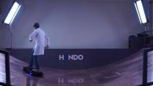 Hendo Hoverboard est une planche volante fonctionnant grâce à un dispositif électromagnétique.