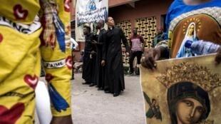 Des prêtres catholiques lors d'une manifestation contre le pouvoir, le 1er janvier 2018 à Kinshasa, en RDC.