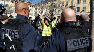 В Ницце произошли столкновения между протестующими в желтых жилетах и полицией