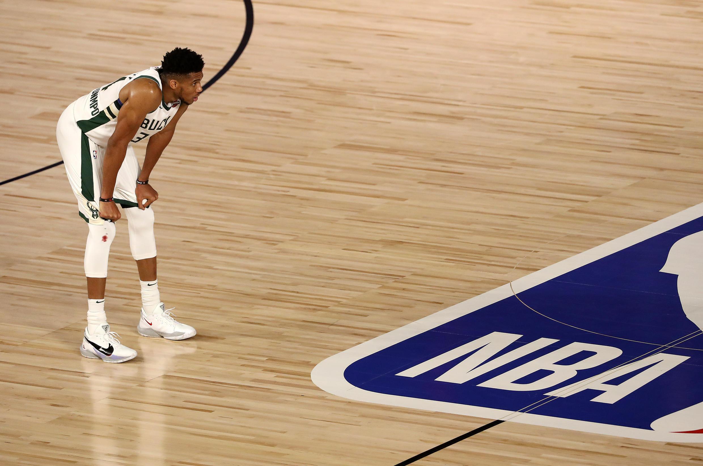 Giannis Antetokounmpo, estrella de los Milwaukee Bucks, durante un juego ante los Miami Heat en los pasados playoffs de la NBA.