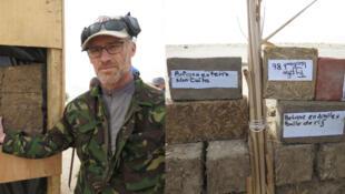 Vincent Dehaene inventeur du mur de protection balistique à base d'argile et de roseaux.